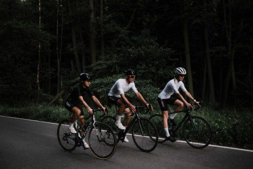 kolarze na rowerach w nowej kolekcji kolarskiej Velcredo 2019 min 520x347 - Spodenki kolarskie damskie VELCREDO